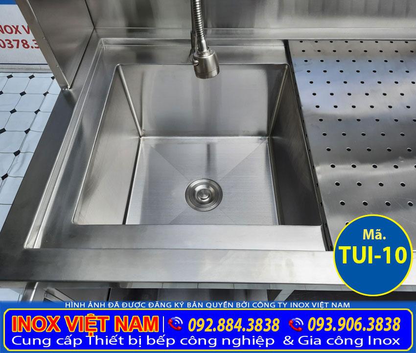 Vòi xả nước của tủ inox có bồn rửa