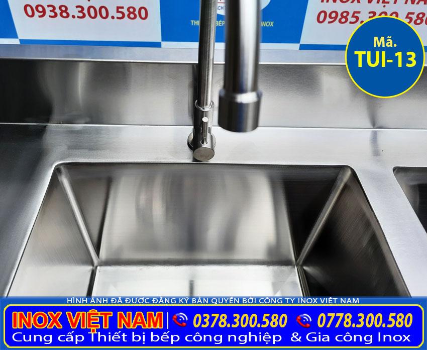Vòi xả của tủ inox có 2 bồn rửa TUI-13